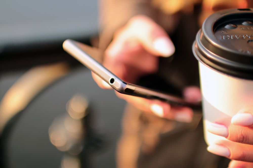 Reggeli kávé és telefon